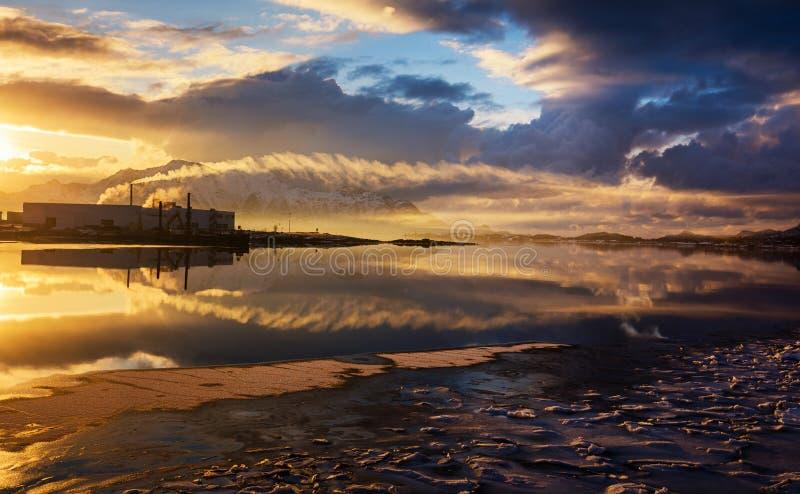 Fabrik på solnedgången royaltyfri fotografi