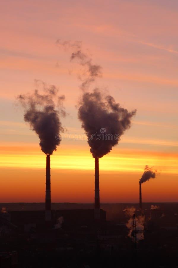 Fabrik rör, frost, klar himmel, rök royaltyfria bilder