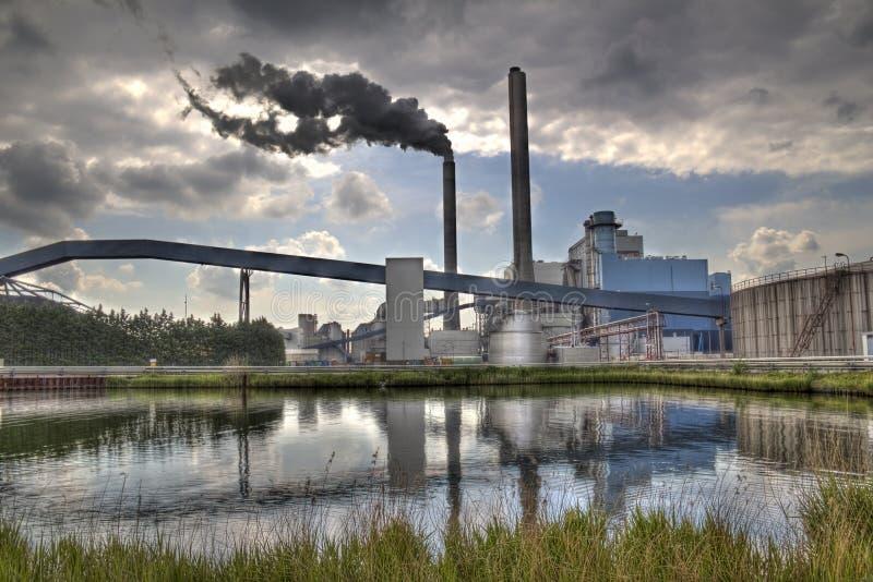 Fabrik und Rauch stockfoto