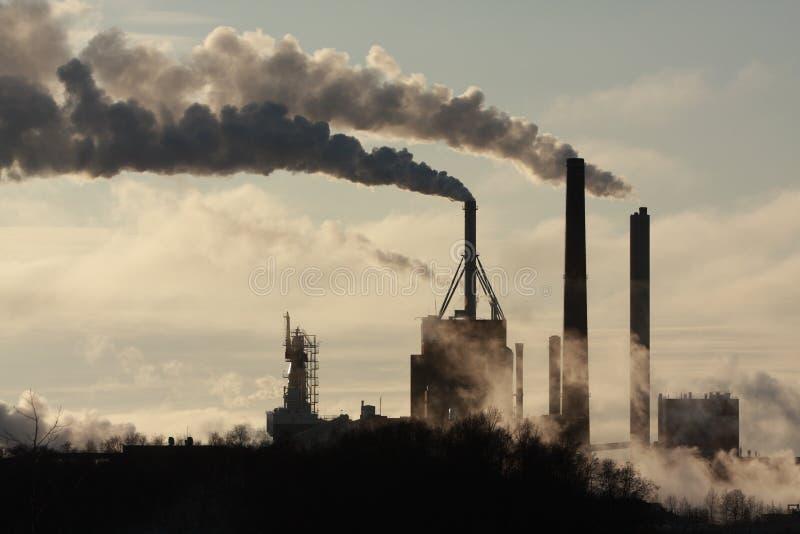 Fabrik und Rauch stockbilder