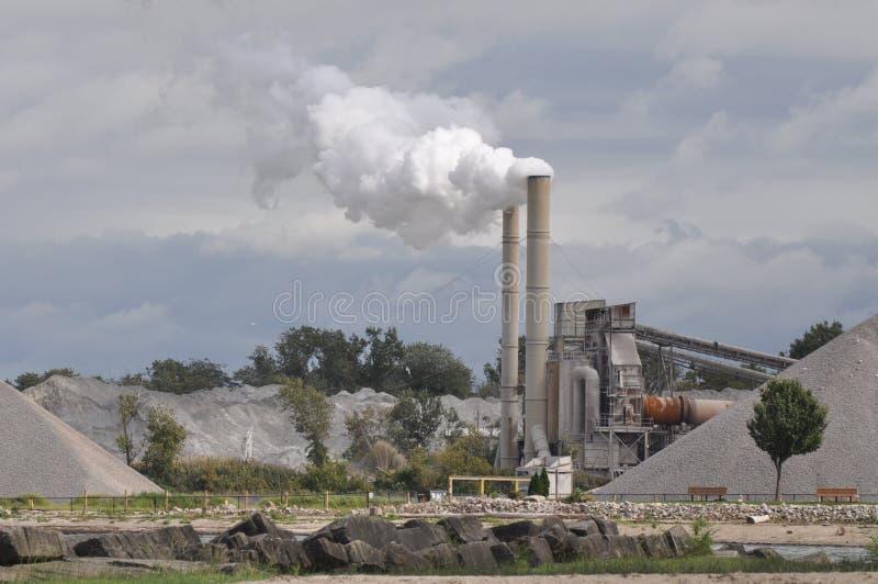 Fabrik, welche die Umgebung beschmutzt stockfotos