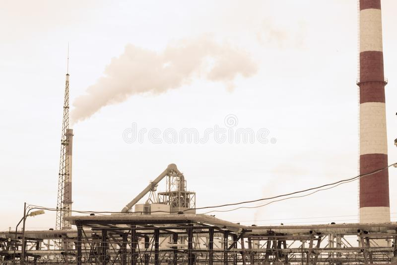 Fabrikkamin und Rauchumweltverschmutzung stockbild