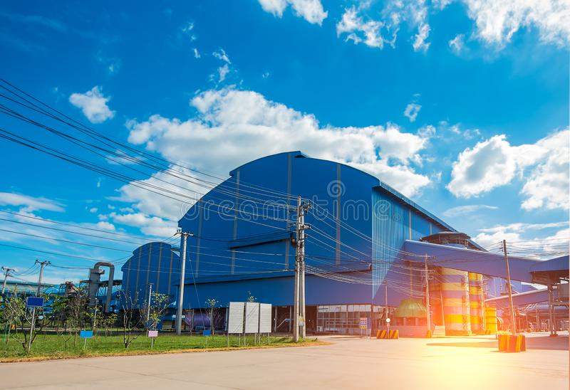 Fabriklagergebäude im Industriegebiet mit unordentlichen elektrischen Drahtseilen lizenzfreies stockfoto
