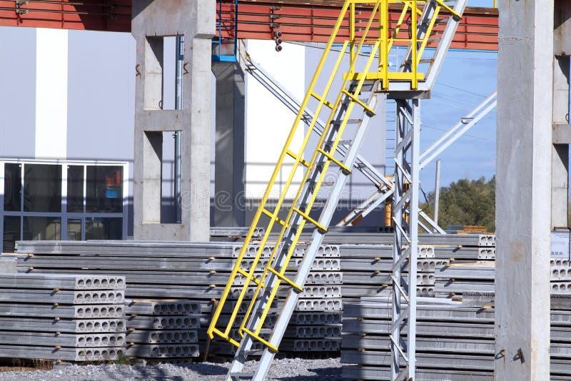 Fabrikplatten-Gebäudestrichleiter stockfotos