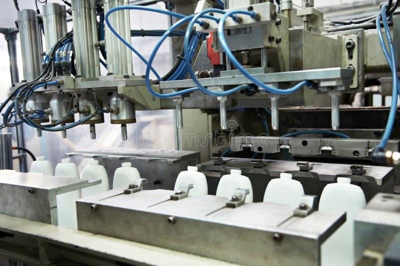 Fabriks- av plast- buteljerar prodoction royaltyfri fotografi