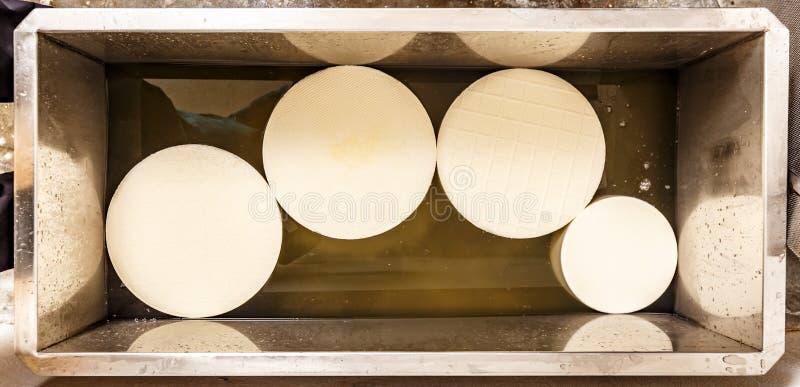 Fabriks- process för ost arkivbild