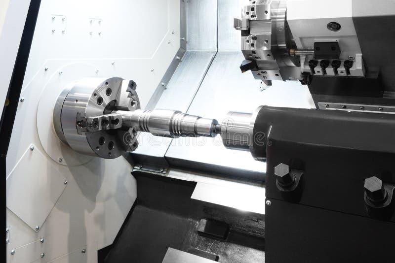 Fabriks- yrkesmässig drejbänkmaskin industriellt begrepp Programmerbar modern digital drejbänk med digital programkontroll, tur arkivbilder
