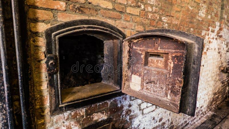 Fabrikschornstein auf einer rostigen Backsteinmauer stockfotografie