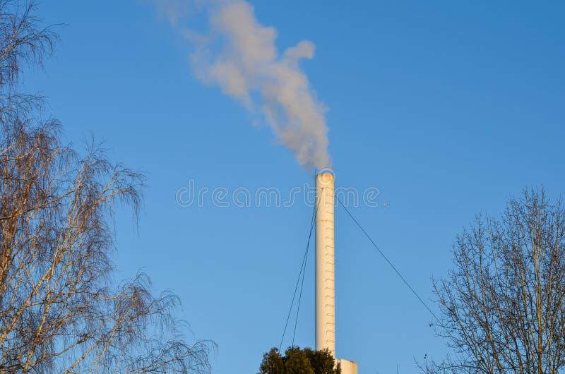 Fabrikschornstein in der Funktion während des Winters stockfoto