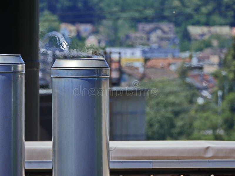 Fabrikschornstein mit flackernder Heißluft stockfoto