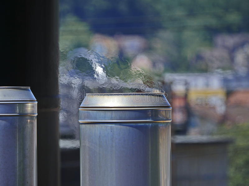 Fabrikschornstein mit flackernder Heißluft lizenzfreie stockbilder