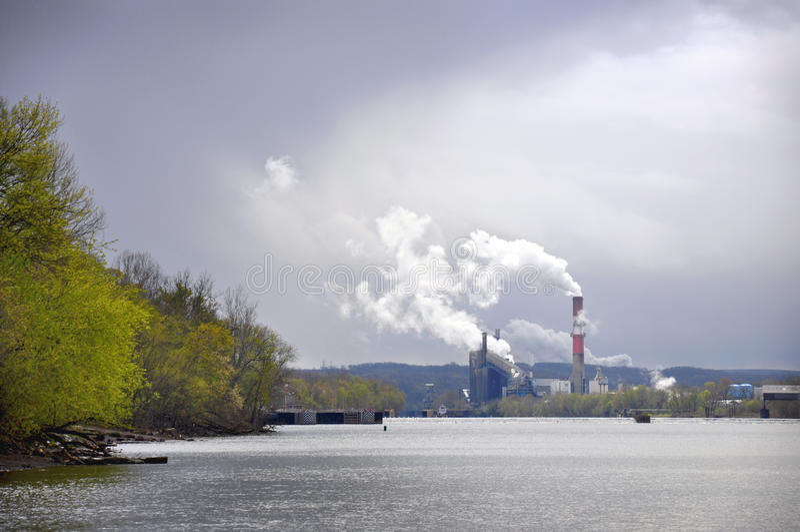 Fabriksflod arkivfoto