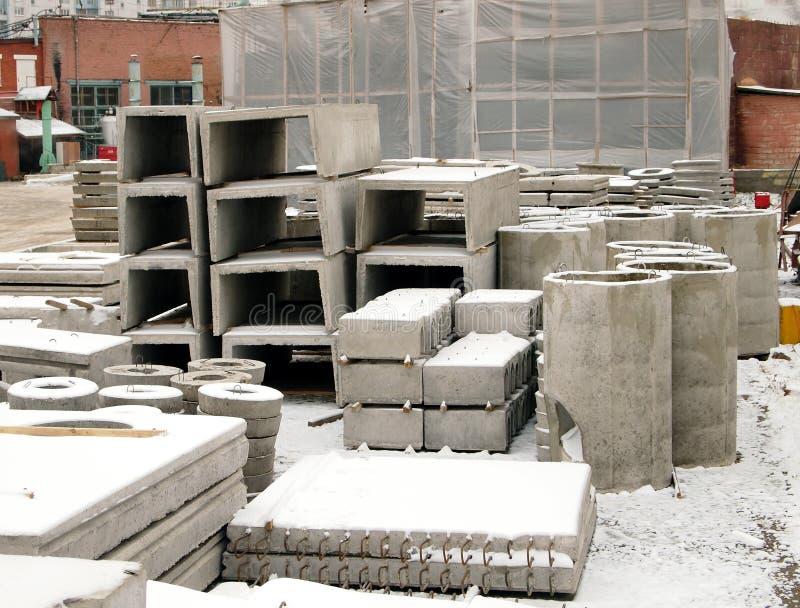 Fabrikslager av förstärkta konkreta produkter arkivfoto