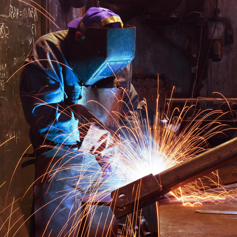 fabrikssvetsningsarbetare arkivbild