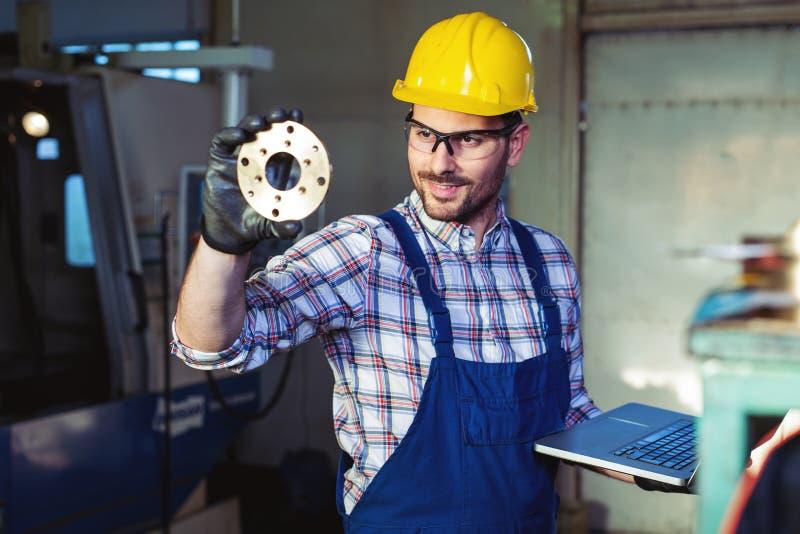 Fabriksteknikern kontrollerar kvaliteten av den tillverkade delen royaltyfria bilder
