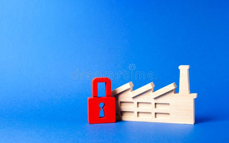 Fabryczna figurka i czerwieni kłódka zamknięcie szkodliwa produkcja Marznięcie wartości, bankrut Prawo sankcje i prohibicja fotografia stock