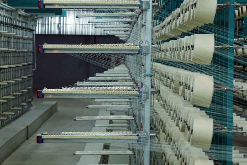 fabryczna struktury przemysłowej Zwitki z niciami w produkci Tkaniny produkcja zdjęcia stock