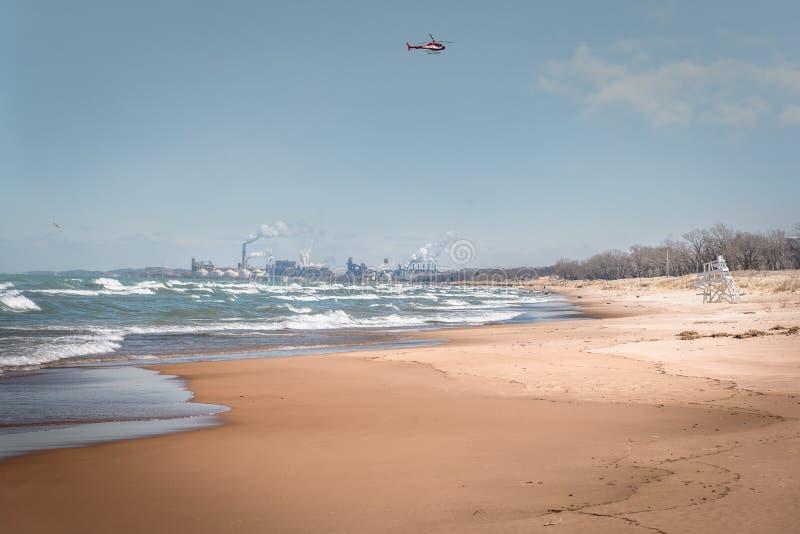 Fabryczny dymienie na brzeg jezioro michigan w Indiana fotografia stock
