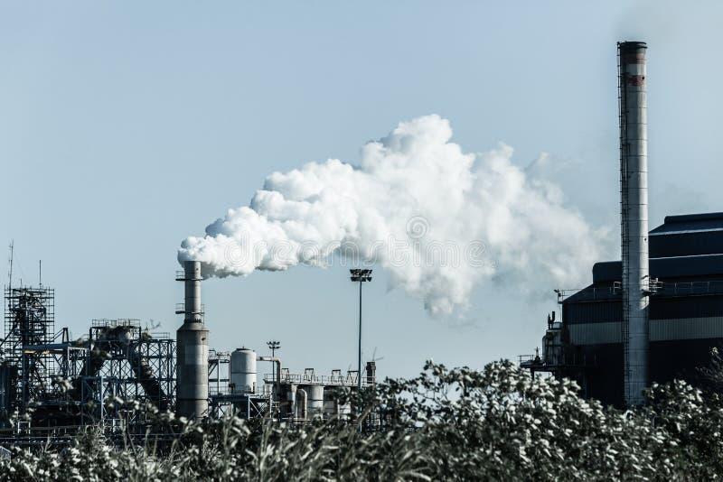 Fabrycznych Dymnej sterty silosów Zimny brzmienie fotografia stock