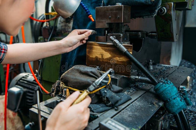 Fabryka personelu miejsca części w mielenie maszynie zdjęcia royalty free