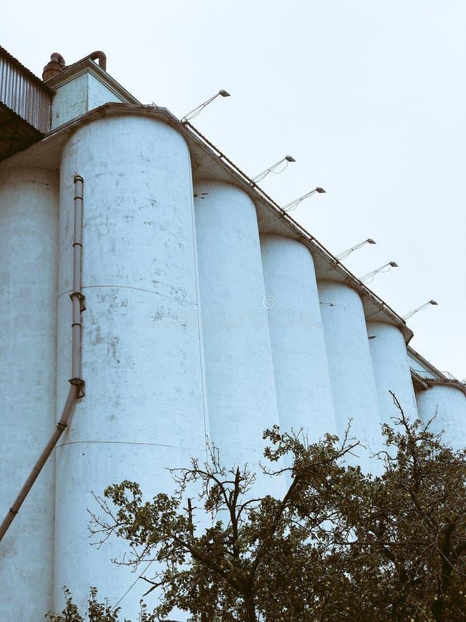 Fabryka w sercu uprzemysłowiony miasto zdjęcia stock