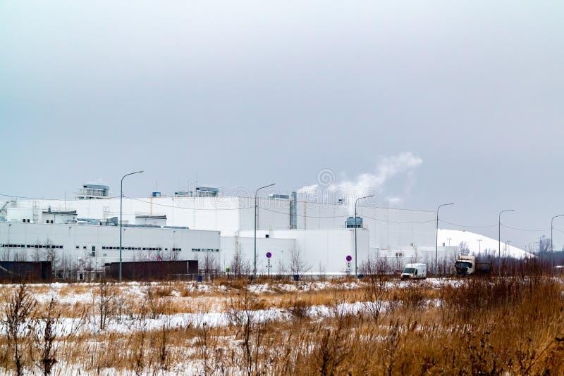 Fabryka w strefie przemysłowej na obrzeżach miasto zdjęcie stock
