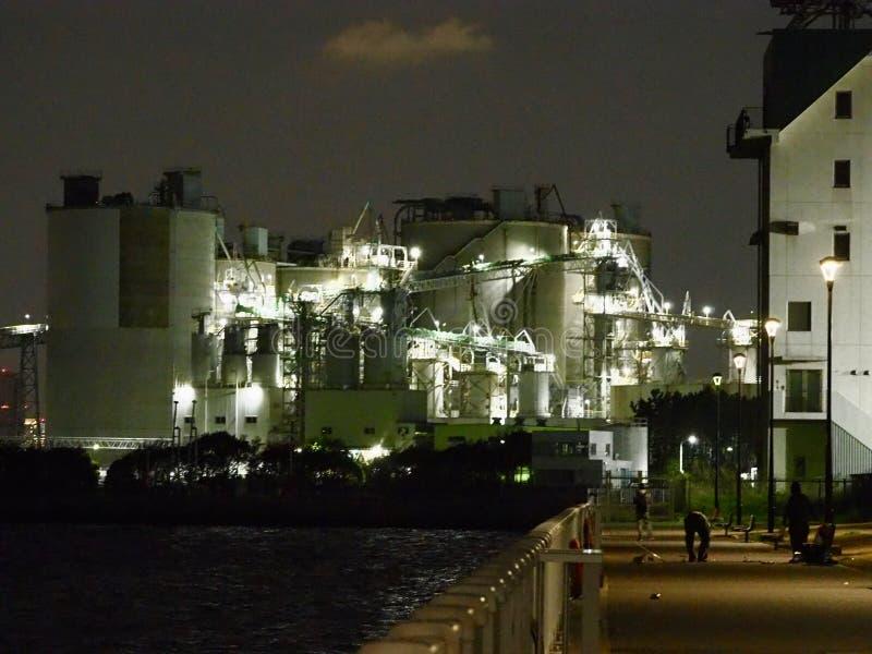 Fabryka w Tokio zatoce przy nocą zdjęcia royalty free