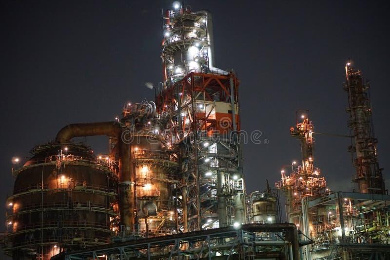 Fabryki przeglądają od kanału przy nocą w Kawasaki, Tokio obraz royalty free