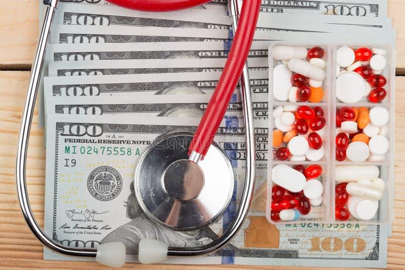 Fabrykuje medycznego stetoskop na pieniądze tła opieki zdrowotnej drogim pojęciu zdjęcia royalty free