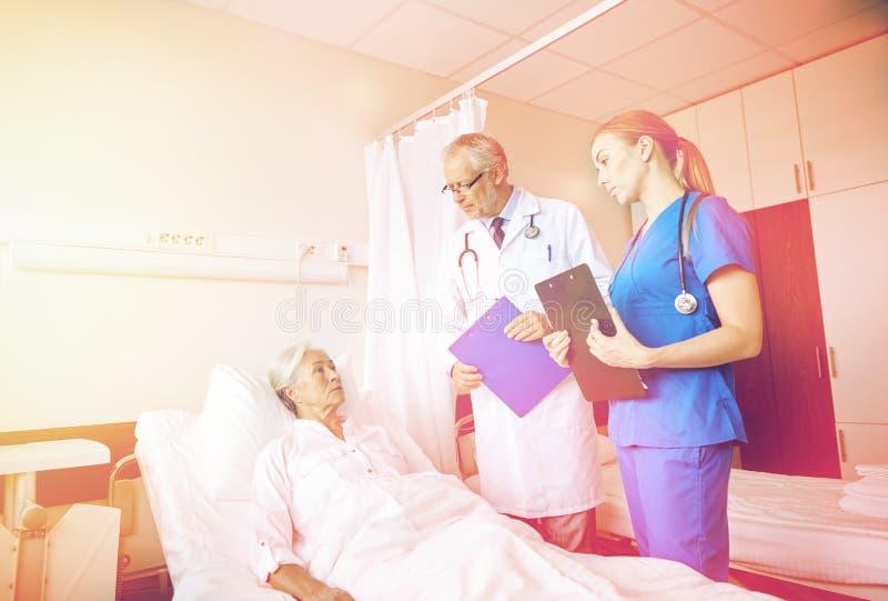 Fabrykuje odwiedzać starszej kobiety i pielęgnuje przy szpitalem zdjęcie stock