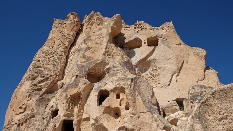 Fabulos naturalny volcanick żlobił formację z tworzącymi jama domami przy słonecznym dniem Goreme otwarty park, Cappadocia, indyk obraz royalty free