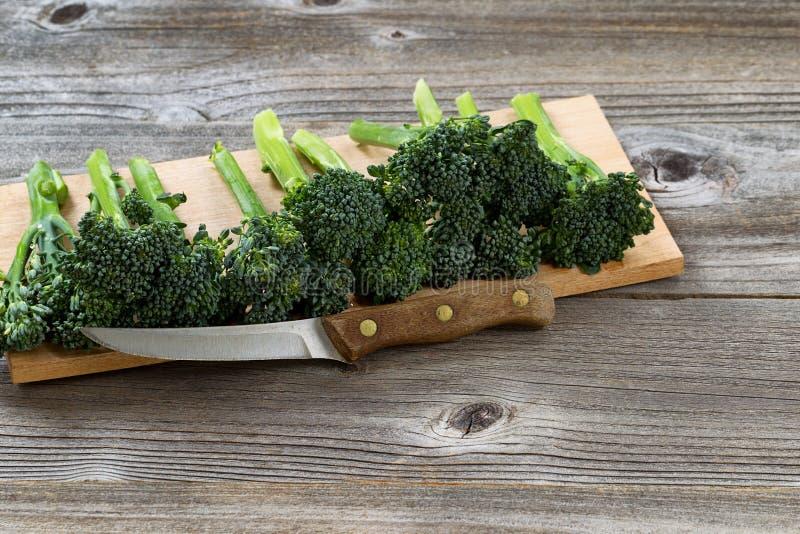 Faca do vintage com legumes frescos imagem de stock royalty free