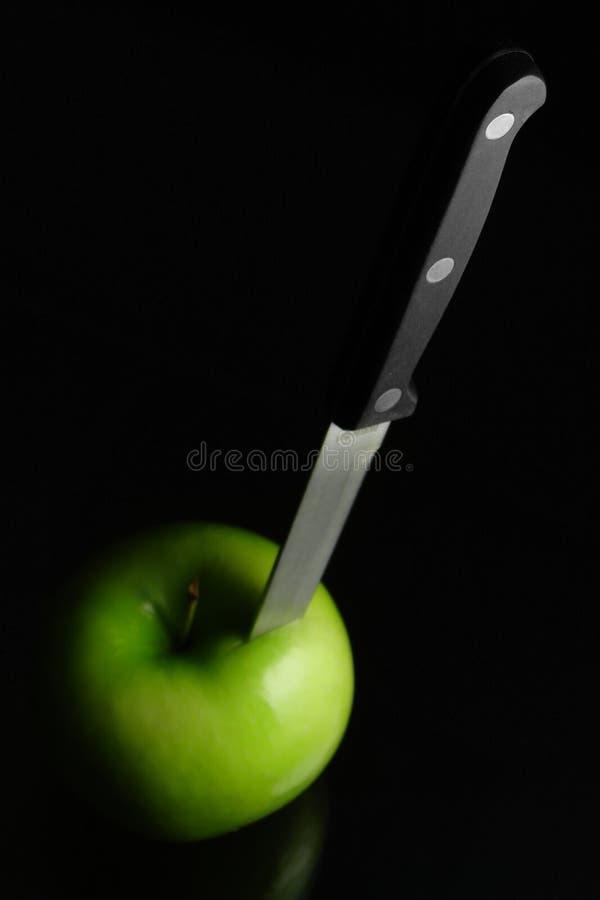 Faca e maçã fotografia de stock