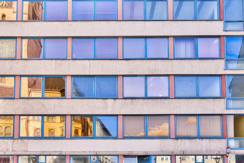 Facade av en kontorsbyggnad arkivfoton