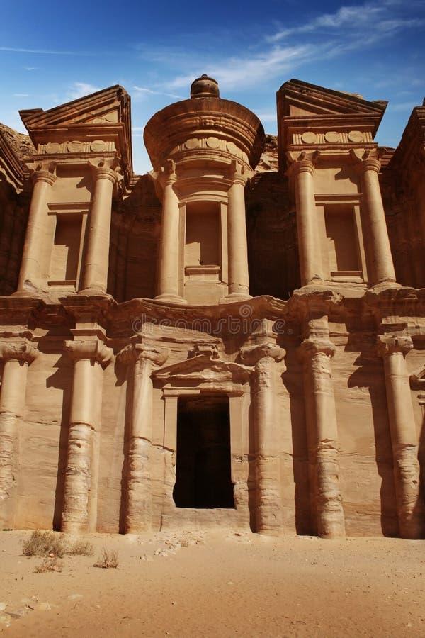 Facade av kloster på Petra, Jordanien royaltyfri bild