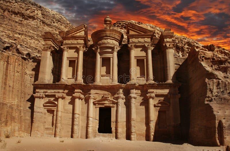 Facade av kloster på Petra, Jordanien arkivbild