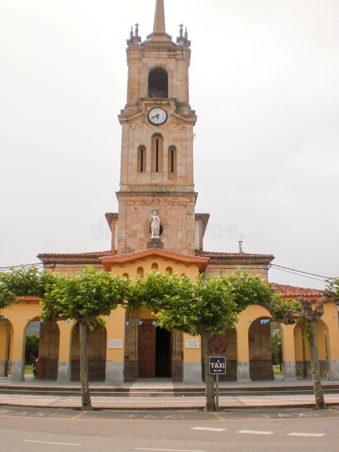 Facade da Igreja Parish de San Cristobal na vila de Colunga, 8 de julho de 2010 Astúrias, Espanha, Europa Turismo de Viagens foto de stock royalty free