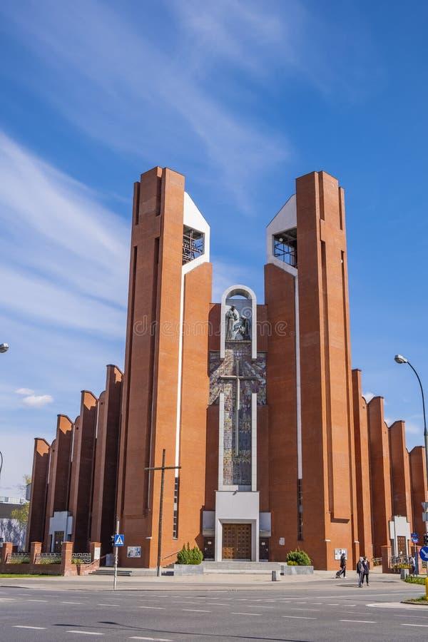 Facade de St Thomas Apostle Church - kosciol sw Tomasza Apostola - em ul Rua Dereniowa no distrito de Usrynow, Varsóvia, fotos de stock royalty free