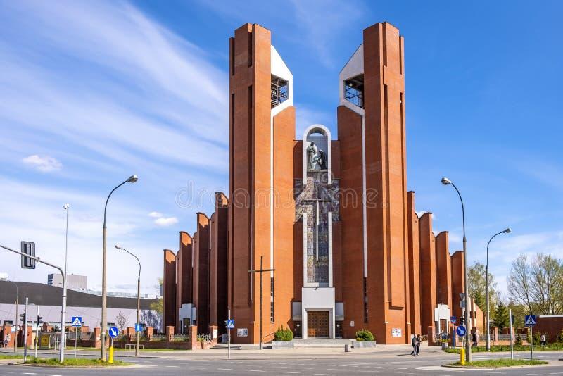 Facade de St Thomas Apostle Church - kosciol sw Tomasza Apostola - em ul Rua Dereniowa no distrito de Usrynow, Varsóvia, fotografia de stock royalty free