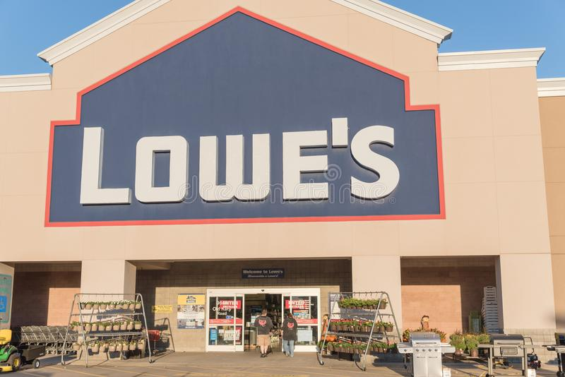 Facade entrance of Lowe home improvement retailer in USA. HOUSTON, TX, USA-SEP 30, 2016:Entrance exterior to Lowe`s store. A Fortune 500 American company royalty free stock photos
