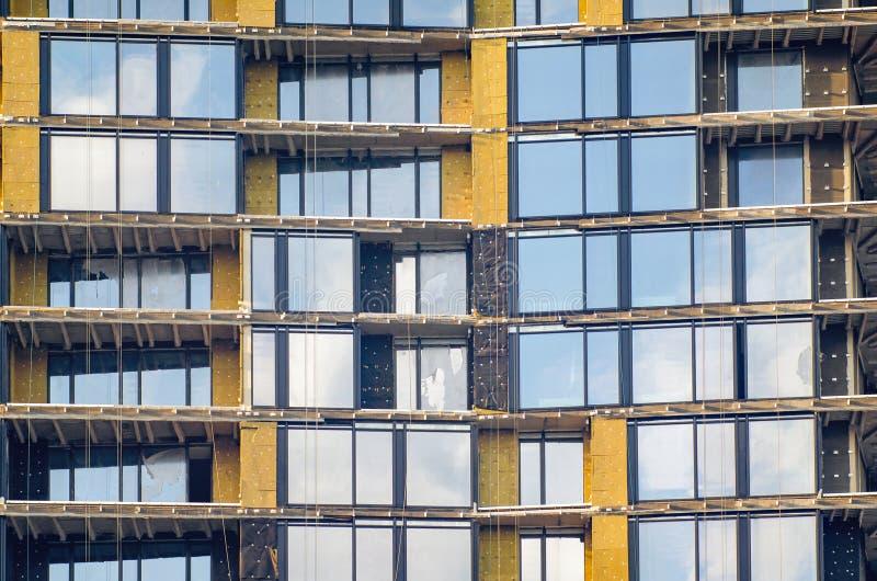 Facade voor een gebouw met meerdere verdiepingen in aanbouw stock foto