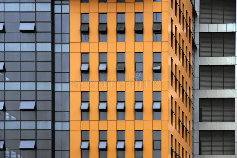Facaxde de l'immeuble de bureaux orange images libres de droits
