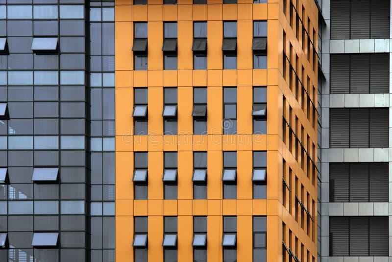 Facaxde del edificio de oficinas anaranjado imágenes de archivo libres de regalías