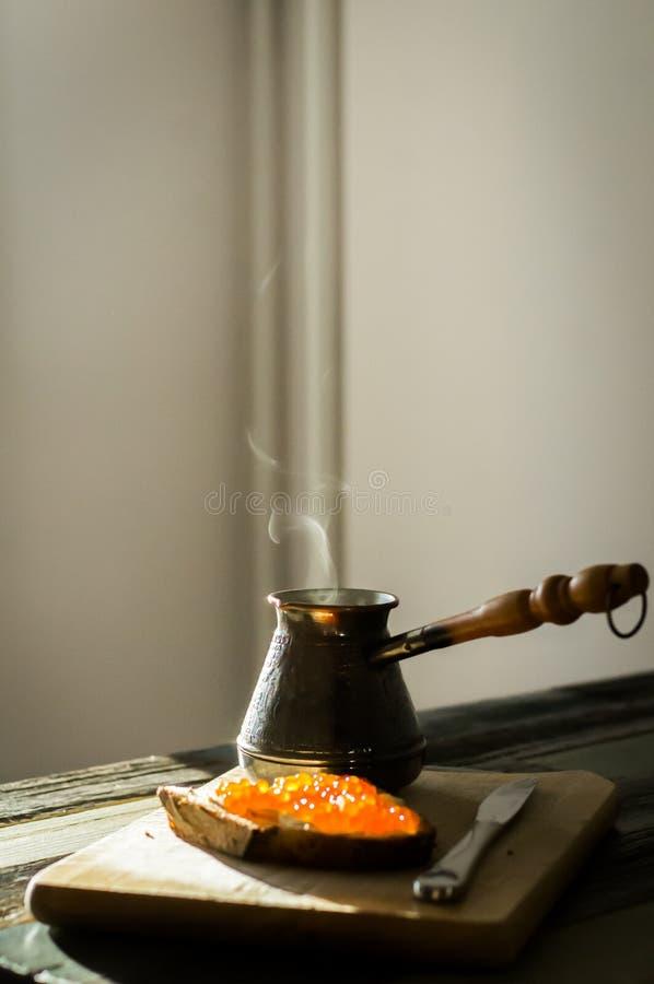 Faccia colazione con caffè ed il caviale su pane casalingo fotografie stock libere da diritti