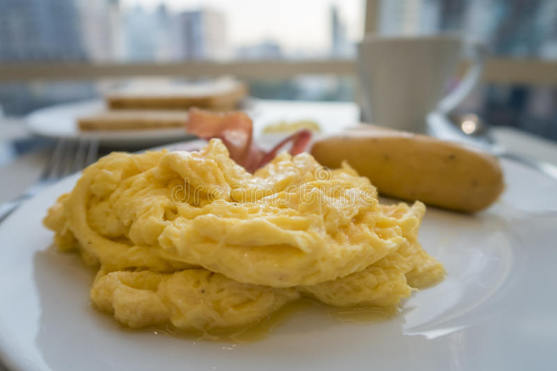 Faccia colazione con le uova, la salsiccia ed il bacon rimescolati fotografie stock