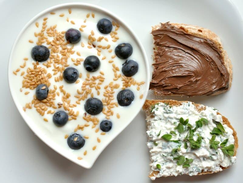 Faccia colazione con yogurt, il mirtillo ed i semi di lino fotografie stock libere da diritti