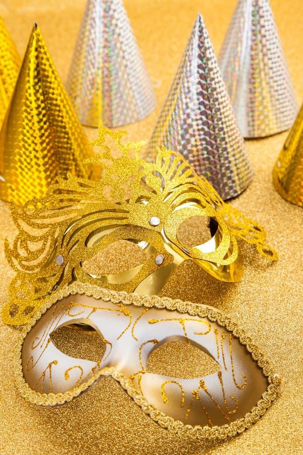 Faccia festa il motivo con la maschera di carnevale e faccia festa il cappello fotografie stock