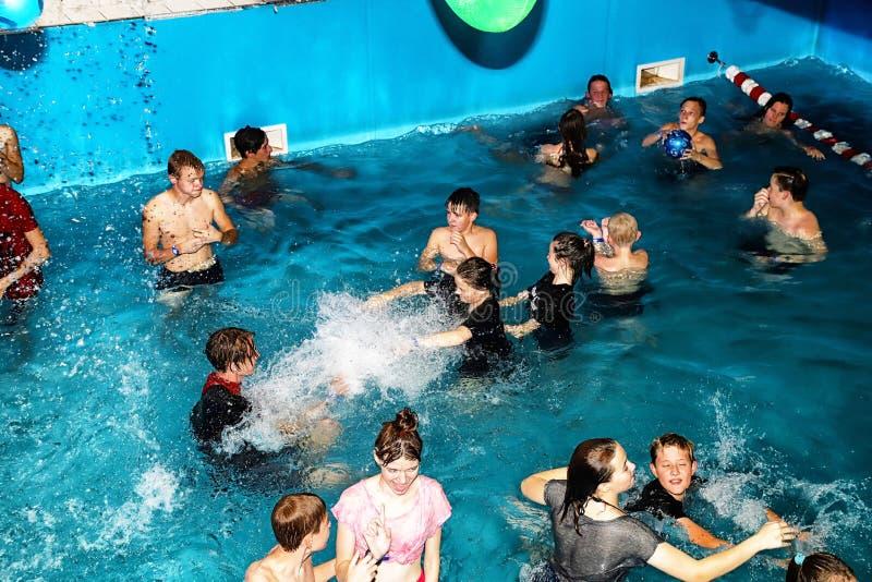 Faccia festa per l'ACQUA MADFLOW degli adolescenti alla Russia, la città di Kirov, AquPark ha nominato Friendship su 19 08 2018 fotografia stock