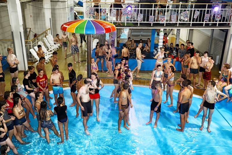Faccia festa per l'ACQUA MADFLOW degli adolescenti alla Russia, la città di Kirov, AquPark ha nominato Friendship su 19 08 2018 immagini stock