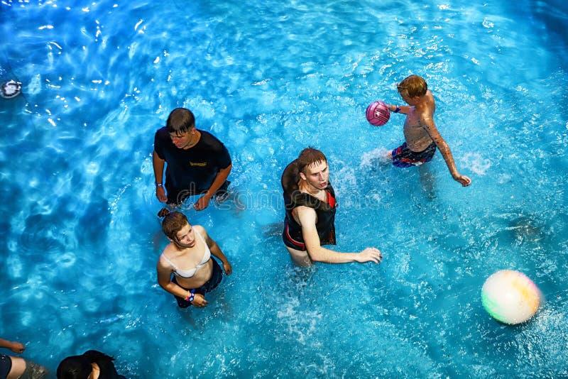 Faccia festa per l'ACQUA MADFLOW degli adolescenti alla Russia, la città di Kirov, AquPark ha nominato Friendship su 19 08 2018 immagini stock libere da diritti